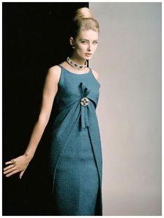 """Dior, 1962 : soluzione intelligente, perchè i """"petali"""" che avvolgono i fianchi danno la sensazione di scivolarvi sopra, rendendo la linea affusolata. Mica Dior per caso."""