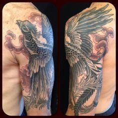 Tatuaje de un fénix que cubre el brazo y el hombro de la mano...