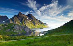 Красивые горы на берегу моря