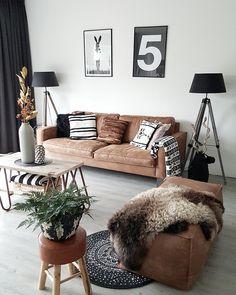 Woonkamer inspiratie | Living room interior | Stoere leren bank gecombineerd met zwarte accessoires