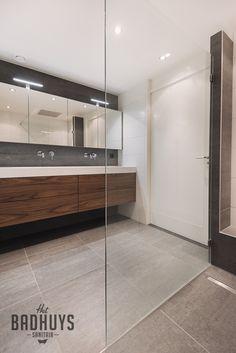luxe badkamer met maatwerk meubel uitgevoerd in notenhout het badhuys breda