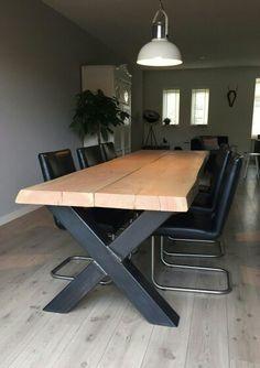 Stoere robuuste boomstam tafel met metalen x poot. Deze Tree tafel hebben we in veel verschillende uitvoeringen gemaakt. Op www.wortelwoods.nl en op fb Wortelwoods vindt u meer informatie.