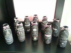 Botellas de jugo con pintura para pizarron, ideales para centros de mesa