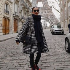 Oversized swing coat, red and black sneakers and all black base layers. Casual and chic winter outfit in Paris (Sincerely Jules in J BRAND in Paris, France with @sincerelyjules.) #Regram via @CKZ-kNvpWVv Chic Winter Outfits, Fall Outfits, Winter Clothes, Fashion Gone Rouge, Swing Coats, Girls Sneakers, Black Sneakers, Casual Fall, Autumn Winter Fashion