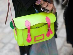 Неоновая сумка из натуральной кожи с регулируемой лямкой Модель с клапаном на кнопках, с боковым карманом Сумка с основным отделом без карманов