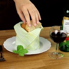 How To Fold Napkins - Servietten Diy Dusters, Diy Crafts To Do, Paper Crafts, Napkin Folding, Home Hacks, Food And Drink, Crepe Maker, 5 Ways, Sofa Covers