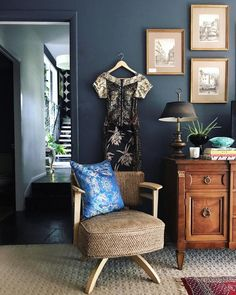 How to Find (Nice) Cheap Furniture Cheap Furniture, Furniture Decor, Modern Furniture, Dark Interiors, Colorful Interiors, Rich Home, Diy Home Decor On A Budget, Cool Chairs, Wingback Chair