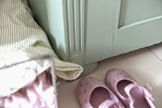 P ö m p e l i pompeli vintage style girl room, mint green, pale pink and natural tones, ballerina shoes, antique furnitures