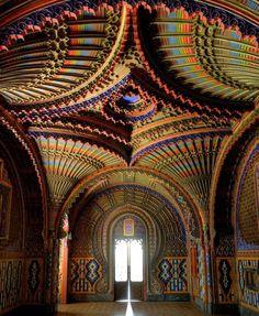 El cuarto de los pavos reales en Castello di Sammezzano, Toscana. ~~En el abandonado castillos Castello di Sammezzano se puede encontrar el cuarto de los pavos reales. Una escondida joya tiene un complicado diseño arábigo y un asombroso surtido de patrones y colores. La hermosura de los interiores es simplemente imposible de comparar.