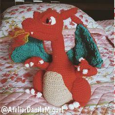 Quem é esse pokemon? Who is this pokemon?  #pokemon #crocheting #amigurumicrochet #amigurumi #artesanato #handmade #feitoamão #instacrochet #brinquedonerd #atelierdanilamiguel #artesanato #crochet #crochê #nerddecor #makingof #semprecirculo #cenario #festainfantil #festatematica #geekdecor #instageek #animelover #pokelove #charizard by atelierdanilamiguel