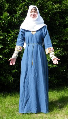 ARTICLE: A Reconstructed Saxon Woman's Outfit. Late 9th century. Researching and making, including details about the embroidery.