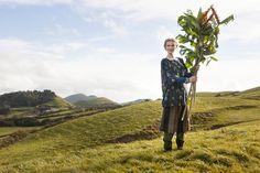 """Herbstmode 2013 - Die dramatische Natur der Azoren, ihre Pflanzenwelt und der allgegenwärtige Atlantik inspirierten uns zu dieser Modellgruppe. Dazu gehört diese schlichte, großzügig geschnittene Bluse mit dem Muster """"Kalla"""". http://www.gudrunsjoeden.de/Blusen-Tuniken--40056d.html"""