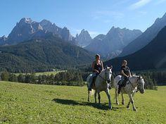 Un paradiso non solo per gli sciatori e gli snowborder, ma anche per chi ama passeggiare per i sentieri di montagna e fare trekking a cavallo immersi nella natura.