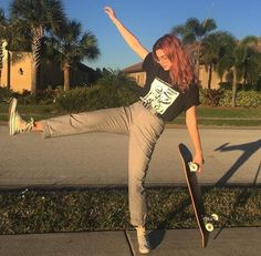 i think i've used this skateboard like 5 times lmao i like my longboard better all because of that one girl who glides around on hers so elegantly i'm trying 2 be like that . Mode Outfits, Tumblr Outfits, Grunge Outfits, Fashion Outfits, Hipster Outfits, Surfer Outfit, Fashion Mode, Look Fashion, Grunge Fashion