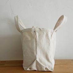 たっぷりマチのショルダートートバッグの作り方 Insulated Lunch Bags, Reusable Tote Bags, Black Handbags, Leather Handbags, My Bags, Purses And Bags, Minimalist Bag, Love Sewing, Brown Bags