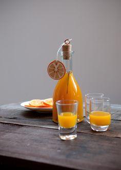 Prima di essere pronto, il liquore all'arancia speziato deve macerare due settimane. Segui la ricetta di Sale&Pepe