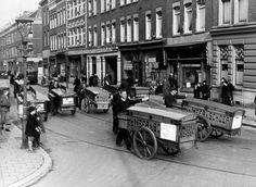 Rotterdam - Jacob Catsstraat. Bakkerskarren voor de deur van 'Van der Meer & Schoep'. 1930 Rotterdam, I Amsterdam, Old City, Vintage Photos, Holland, Dutch, 1, Street View, Milk