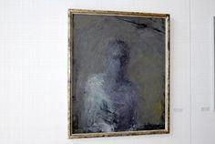 """Kunst trotz(t) Demenz  """"Selbst"""" - Wie hinter geriffeltem Glas schaut eine männliche Person auf den Betrachter. Der Hintergrund ist grau - die Halb-Figur in nebligen Weiß-Blau-Tönen."""