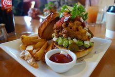 そしてマンスリーのMexican Corn Fritters Burgerサクサクでスパイシーなコーンフリッターにアボカドディップチポトレを使ったサルサケソフレスコ(南米でポピュラーなフレッシュチーズ)という組合せコリアンダーライムの爽やかな風味も加わり衝撃的なうまさ #meallog #food #foodporn #burger #burger_jp #ハンバーガー #