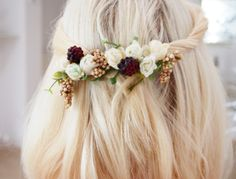 DIY floral hair clip with blackberries and white roses. So adorable for autumn!