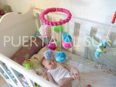 PUERTA AL SUR: Móviles con pompones que llaman la atencion del bebe.