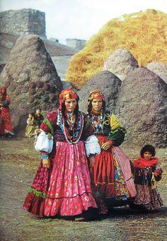 Şimdilerde Azerbaycan sınırlarında kalan Laçin'de iki Kürt kadını ve muhteşem elbiseleri. 1969.