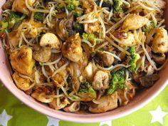As receitas lá de casa: Frango com brócolos, cogumelos e rebentos de feijã...