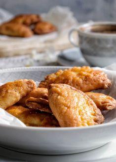 Τυροπιτάκια με γιαούρτι - Just life Pretzel Bites, Beef Recipes, Bread, Ethnic Recipes, Food, Meat Recipes, Brot, Essen, Baking