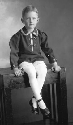 1920s A portrait of a 7-year-old American boy dressed in what appears to be his best clothes. (via Karl'sfriend)