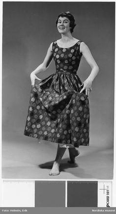 Brud och Hem 1957. Modell i klänning med tyg från Viola Gråsten.