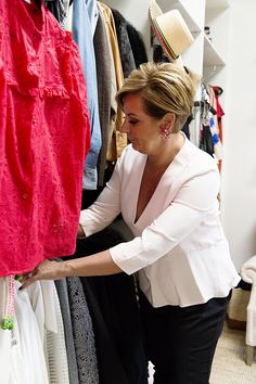 Organise Your Wardrobe Like A Professional - Chyka Keebaugh, chyka.com Pixie Hairstyles, Cute Hairstyles, Pixie Styles, Short Hair Styles, Mature Fashion, New Haircuts, Hair Dos, Organizing Tips, Housewife
