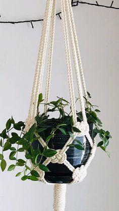Macrame Plant Hanger Patterns, Macrame Plant Holder, Macrame Plant Hangers, Macrame Patterns, Plant Hanger Diy, Crochet Plant Hanger, Macrame Design, Macrame Art, Macrame Projects