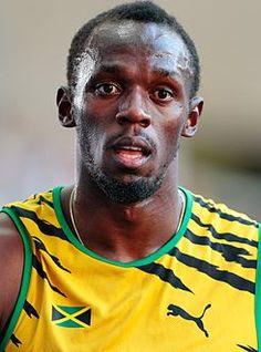 """Usain Bolt, atleta jamaicano especialista en pruebas de velocidad. Apodado """"el hombre más rápido del mundo"""". Posee los récords mundiales de los 100 y 200 metros lisos y la carrera de relevos de 4 por 100 con el equipo jamaicano. Cuenta con 9 medallas de oro olímpicas conseguidas en los Juegos de Pekín 2008, Londres 2012 y Rio de Janeiro 2016."""