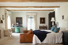 Bright bedroom with beam ceiling and large round table Dream Bedroom, Home Bedroom, Bedrooms, Master Bedroom, Calm Bedroom, Bedroom Neutral, Rustic Comforter, Linen Bedding, Traditional House