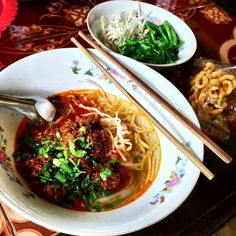 In Chiang Khong, khao soi means rice noodles in clear broth topped w a rich, spicy, oily topping of minced pork. The topping has a lot in common with Chinese dandan noodles, and the dish is one of the tastiest bowls in the north. And perhaps best of all, the dish actually comes with vegetables! #ChiangRai #LPInThailand@lonelyplanet. Image via @sarahtrvls on Instagram.