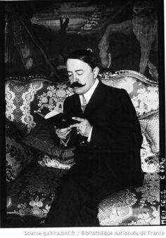 Mr Marcel Prevost lisant dans son salon : [photographie de presse] / Agence Meurisse - 1910
