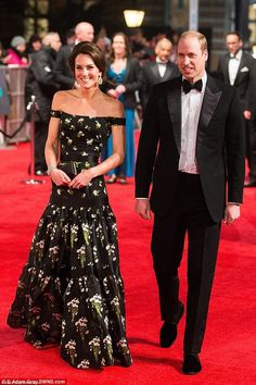 Duchess of Cambridge and Prince William at the BAFTA awards today in London. Amei esse look da princesa Kate para o Kate Middleton Outfits, Style Kate Middleton, Lady Diana, Duke And Duchess, Duchess Of Cambridge, Catherine Cambridge, Bafta Red Carpet, Principe William Y Kate, Duchesse Kate