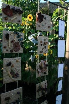 Nature outdoor art display to display grandchildren's art. Outdoor Education, Outdoor Learning, Early Education, Preschool Garden, Preschool Art, School Displays, Classroom Displays, Reggio Emilia Classroom, Reggio Inspired Classrooms