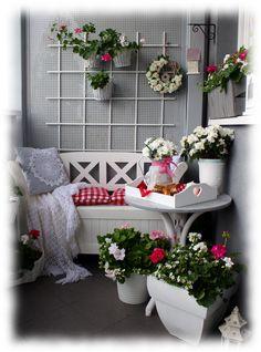 balkon , meble ogrodowe , kwiaty , pelargonie ,