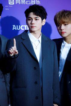 180125 Wanna One at Seoul Music Awards Red Carpet Seoul Music Awards, Ong Seongwoo, Ha Sungwoon, Kpop, Red Carpet, Sunshine, Sunlight