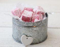 Bringebærmarshmallows Marshmallow Fudge, Marshmallows, Food Hacks, Food Tips, Winter Holidays, Food And Drink, Sweets, Sugar, Candy