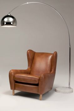 Rubens Ohrensessel in Karamellbraun. Nach seinen eleganten und exzentrischen Holzdesigns ist dies nun das erste gepolsterte Werk von Steuart Padwick. Wie gewohnt: Ein Meisterstück.