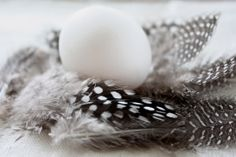 homevialaura | Gauhar | gauharshop.com | linen napkin | Easter | table setting | feathers | egg