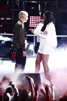 """Eminem and Rihanna crushed the MTV Movie Awards with their debut of """"MONSTER"""" Eminem E Rihanna, Eminem 2014, Rihanna Fenty, Eminem Memes, Eminem Rap, Rapper, Eminem Soldier, Eminem Photos, Eminem Slim Shady"""