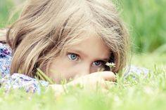 Fotograf adorable girl lying on grass von frederic prochasson auf 500px