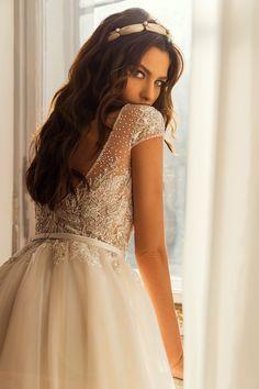 Εντυπωσιακο νυφικο σε αλφα γραμμη απο δαντελα κεντημενη. Νυφικα αθηνα Couture Collection, Dress Collection, Girls Dresses, Flower Girl Dresses, Shades, Wedding Dresses, Collections, Highlights, Freedom