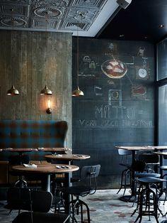Restaurante Rústico com Cadeiras Industriais