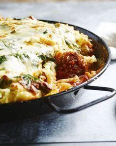 Een makkelijke, lekkere ovenschotel van gehaktballetjes in tomatensaus met spinazie, rucola en gegratineerde mozzarellakaas.
