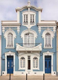 Fachadas de casas grandes de color celeste
