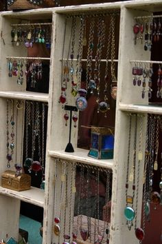 love this display - new season bijouterie Craft Fair Displays, Market Displays, Store Displays, Display Ideas, Booth Ideas, Craft Booths, Booth Displays, Jewellery Storage, Jewelry Organization